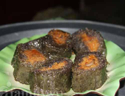 Bánh chưng đen làm từ lùa nếp nương