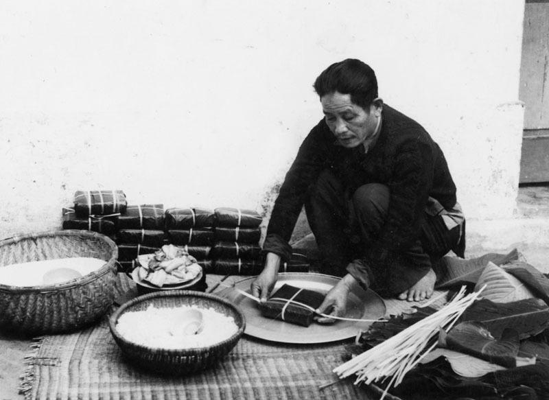 Người Hà Nội Xưa gói bánh chưng