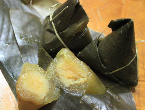 Bánh ú nước tro được gói bằng lá bên ngoài, bên trong là bột nếp và nhân đậu xanh