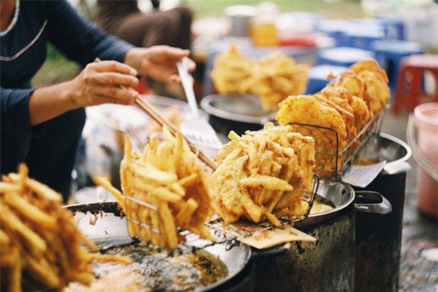 Bánh khoai, bánh chuối, bánh ngô được bán dọc các con đường, vỉa hè với giá 5.000 – 10.000 đồng/chiếc. (Ảnh: Internet)