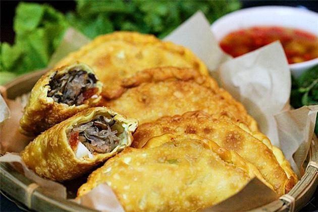Bánh gối nổi tiếng tại Hà Nội ở Lý Quốc Sư, Hoàng Tích Trí, Hàng Chiếu… với giá dao động từ 7.000 – 10.000 đồng/chiếc