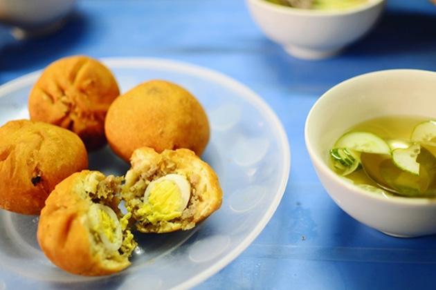 Bánh bao chiên có giá khoảng 8.000 đồng. Bạn có thể tìm mua ở Nguyễn Trường Tộ, Tập thể Kinh tế Quốc dân, Trần Đại Nghĩa…