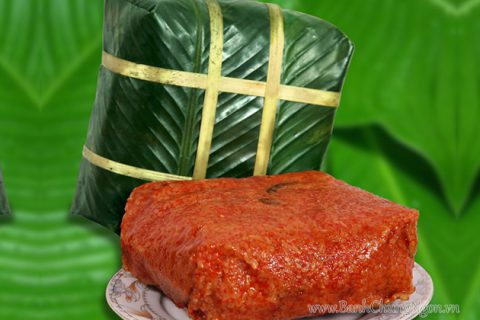 Bánh chưng gấc màu đỏ au mang lại may mắn cho mọi nhà.