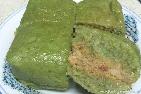 Bánh chưng nếp nương lá riềng thơm ngon đặc sản với màu xanh từ ngoài vào trong bắt mắt