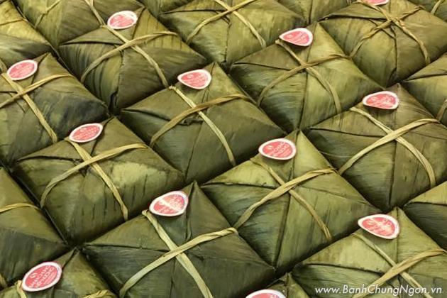 Bánh chưng nếp nương lá riềng đặc sản Điện Biên được gói bằng lá riềng ăn có mùi thơm đặc trưng